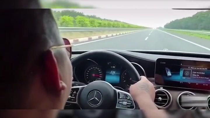 Mercedes-Benz ngang ngược chạy 234km/h trên cao tốc, thách thức lực lượng chức năng